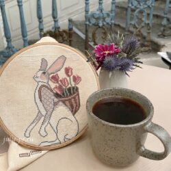 Заяц с корзиной тюльпанов