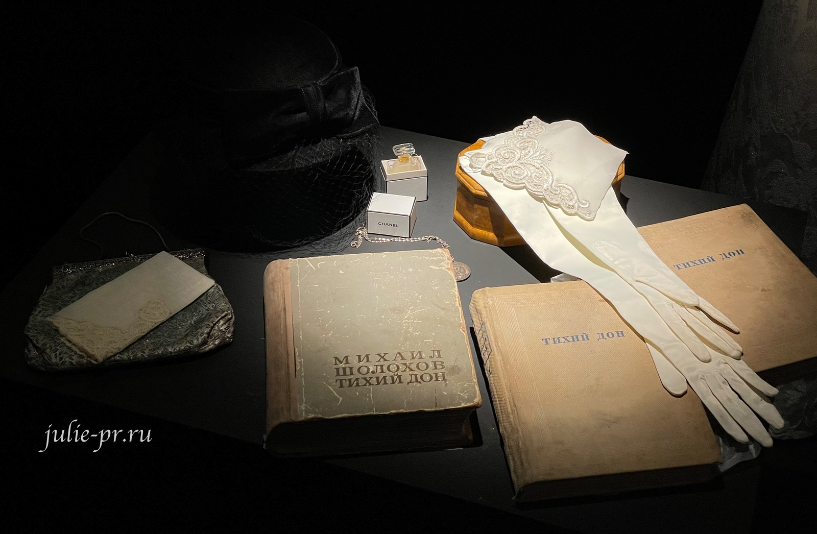 Дамские перчатки и носовые платочки из музея М.А. Шолохова
