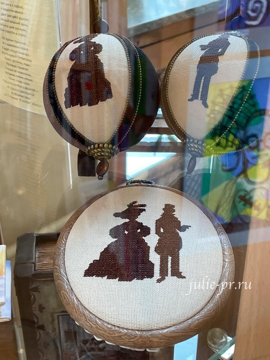 вышитые елочные шары, вышивка крестом, Пушкин, выставка Нам Пушкинских стихов звучал ноктюрн